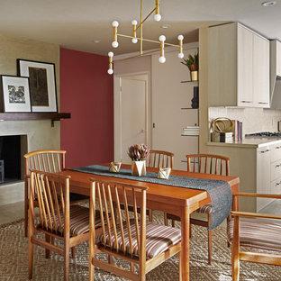 Idee per una sala da pranzo aperta verso la cucina contemporanea con pareti rosse, pavimento con piastrelle in ceramica, camino classico, cornice del camino in intonaco e pavimento nero