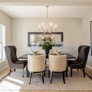 Exempel på en mellanstor klassisk separat matplats, med grå väggar och ljust trägolv