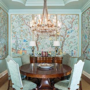 Cette image montre une salle à manger asiatique fermée avec un mur bleu et aucune cheminée.