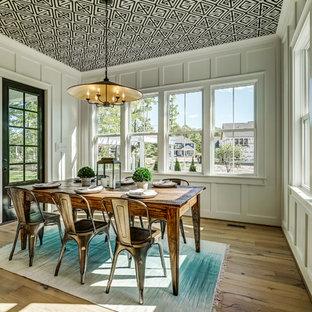 Ispirazione per una grande sala da pranzo aperta verso la cucina country con pareti bianche, parquet chiaro e pavimento marrone