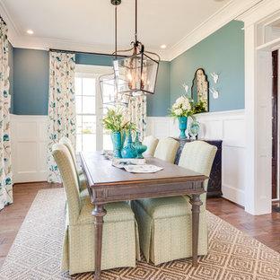 Ispirazione per una sala da pranzo aperta verso la cucina american style di medie dimensioni con pareti blu e pavimento in legno massello medio