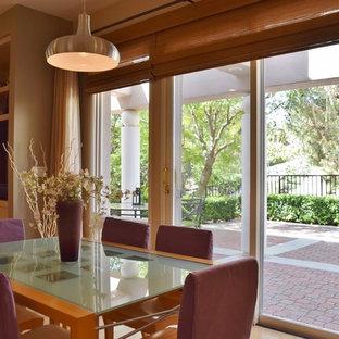Idee per una sala da pranzo aperta verso la cucina minimal di medie dimensioni con pareti beige, parquet chiaro e nessun camino