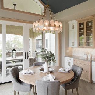 Пример оригинального дизайна: большая столовая в морском стиле с с кухонным уголком, бежевыми стенами, светлым паркетным полом, бежевым полом и сводчатым потолком