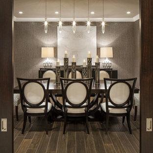 Idee per una grande sala da pranzo classica chiusa con pareti con effetto metallico e pavimento con piastrelle in ceramica