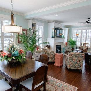 Свежая идея для дизайна: гостиная-столовая среднего размера в стиле кантри с синими стенами, темным паркетным полом, стандартным камином и фасадом камина из плитки - отличное фото интерьера