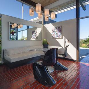 Idee per una sala da pranzo aperta verso la cucina moderna di medie dimensioni con pavimento con piastrelle in ceramica e pavimento rosso