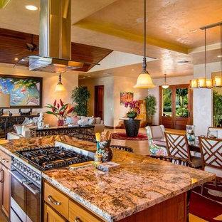 Offenes, Großes Tropenstil Esszimmer ohne Kamin mit beiger Wandfarbe, Keramikboden und beigem Boden in Hawaii