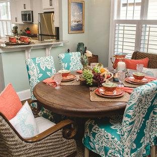 Ejemplo de comedor de estilo americano, de tamaño medio, abierto, con paredes azules, suelo de madera en tonos medios, chimenea tradicional y marco de chimenea de baldosas y/o azulejos