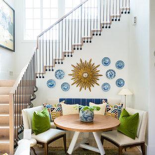 Cette photo montre une grande salle à manger éclectique avec un mur blanc et un sol en bois clair.