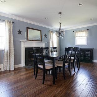 Idee per una sala da pranzo chic chiusa con pareti blu, camino classico e pavimento in bambù