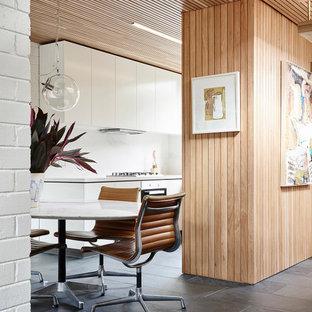 メルボルンの小さいミッドセンチュリースタイルのおしゃれなLDK (白い壁、スレートの床、グレーの床) の写真