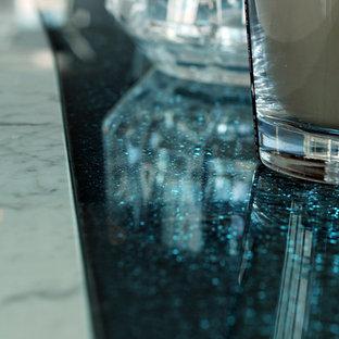 Imagen de comedor actual, de tamaño medio, abierto, con paredes azules y suelo de mármol