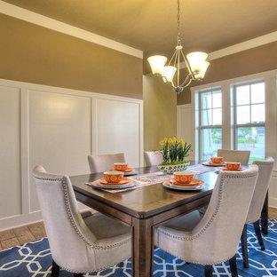 Ejemplo de comedor clásico, cerrado, con paredes beige y suelo de linóleo