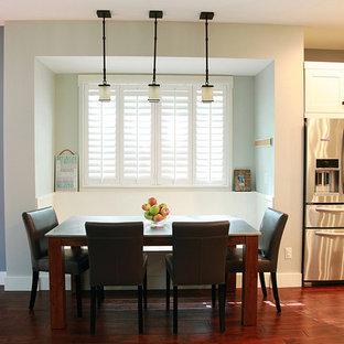 Foto de comedor de estilo americano, pequeño, abierto, con paredes azules, suelo de madera oscura y suelo marrón