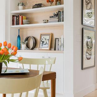 Ispirazione per una sala da pranzo aperta verso la cucina scandinava di medie dimensioni con pareti bianche e parquet chiaro