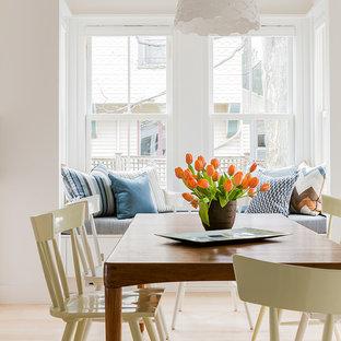 Idées déco pour une salle à manger scandinave avec un mur blanc et un sol en bois clair.