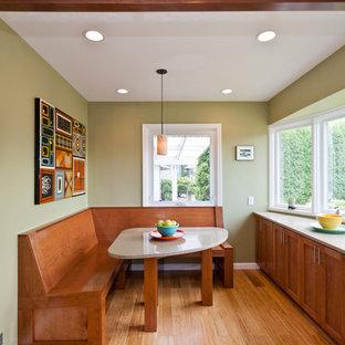 Foto de comedor de cocina clásico, pequeño, sin chimenea, con paredes beige, suelo de madera clara y suelo beige