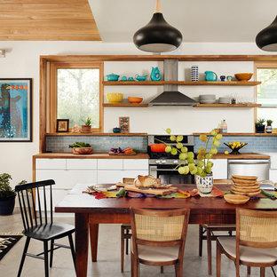 Inredning av ett klassiskt kök med matplats, med betonggolv