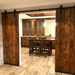 Idee per una sala da pranzo chic chiusa e di medie dimensioni con pareti beige, pavimento in laminato, nessun camino e pavimento beige