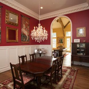 Geschlossenes, Großes Klassisches Esszimmer ohne Kamin mit roter Wandfarbe und braunem Holzboden in Portland
