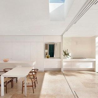 Ejemplo de comedor de cocina contemporáneo con suelo de travertino y paredes blancas