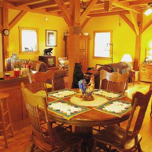 Diseño de comedor de estilo americano, pequeño, abierto, con paredes beige y suelo de madera clara
