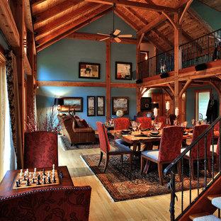 Modelo de comedor rural, de tamaño medio, abierto, con paredes azules, suelo de madera en tonos medios y suelo marrón