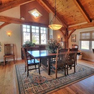 Idee per una grande sala da pranzo aperta verso la cucina stile rurale con pareti beige e pavimento in legno massello medio