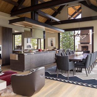 Foto di una sala da pranzo rustica con pareti beige, pavimento in legno massello medio e pavimento marrone