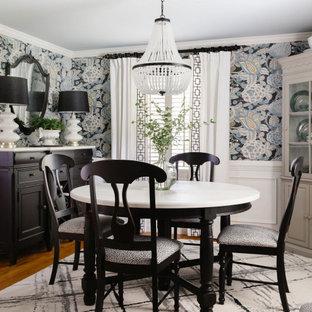 Idéer för små vintage separata matplatser, med flerfärgade väggar, mellanmörkt trägolv och brunt golv