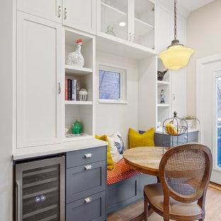 Стильный дизайн: маленькая кухня-столовая в стиле современная классика с бежевыми стенами, светлым паркетным полом и бежевым полом без камина - последний тренд