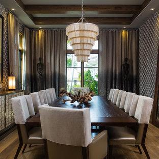 Foto di un'ampia sala da pranzo aperta verso la cucina chic con pareti marroni e pavimento in legno massello medio