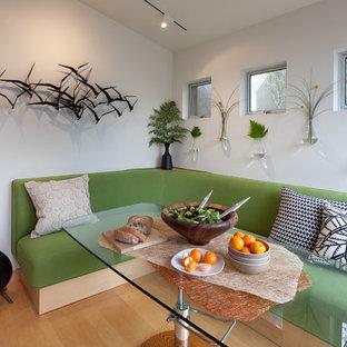 Esempio di una sala da pranzo minimal chiusa e di medie dimensioni con pareti gialle, parquet chiaro, nessun camino e pavimento beige