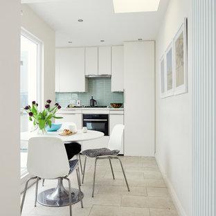 Foto de comedor de cocina escandinavo, pequeño, sin chimenea, con paredes blancas, suelo de baldosas de porcelana y suelo blanco