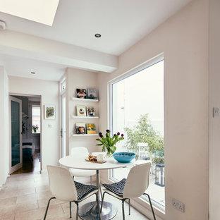 Неиссякаемый источник вдохновения для домашнего уюта: маленькая кухня-столовая в скандинавском стиле с белыми стенами, полом из керамогранита и бежевым полом без камина