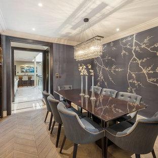 Geschlossenes, Mittelgroßes Modernes Esszimmer ohne Kamin mit grauer Wandfarbe, braunem Holzboden, braunem Boden, Kassettendecke und Tapetenwänden in London