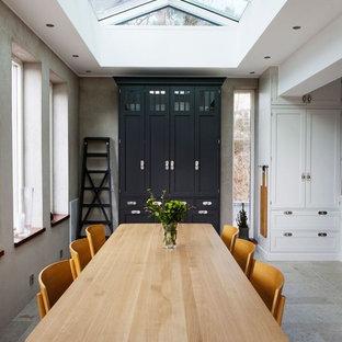 Idéer för en mellanstor minimalistisk matplats med öppen planlösning, med grå väggar, travertin golv och beiget golv