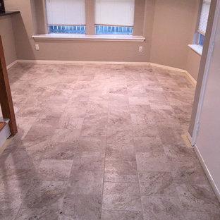 Foto di una sala da pranzo aperta verso la cucina tradizionale di medie dimensioni con pareti marroni e pavimento in gres porcellanato