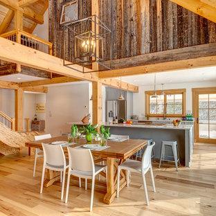 Пример оригинального дизайна: большая гостиная-столовая в стиле кантри с белыми стенами, светлым паркетным полом и бежевым полом без камина