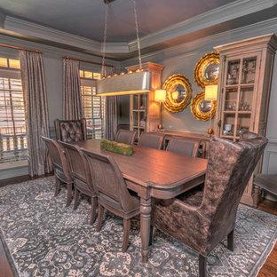 Idee per una sala da pranzo aperta verso la cucina di medie dimensioni con pareti grigie, pavimento in legno massello medio e pavimento blu