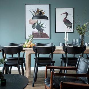 Idéer för att renovera en mellanstor nordisk matplats med öppen planlösning, med blå väggar, mörkt trägolv och brunt golv