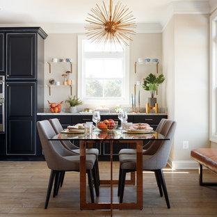 Ispirazione per una sala da pranzo chic di medie dimensioni con pareti beige, pavimento in laminato e pavimento marrone