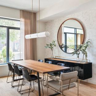 Foto di una grande sala da pranzo aperta verso la cucina design con pareti grigie, parquet chiaro e pavimento marrone