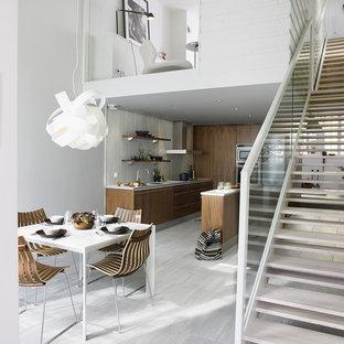 Cette photo montre une grande salle à manger ouverte sur le salon scandinave avec un mur blanc, un sol en calcaire et aucune cheminée.