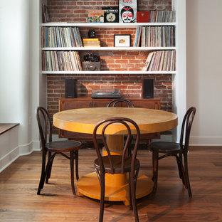 Ispirazione per una sala da pranzo aperta verso la cucina industriale di medie dimensioni con pareti bianche, pavimento in legno massello medio e nessun camino