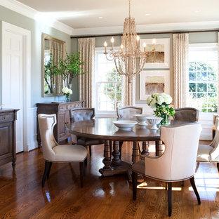 Ispirazione per una sala da pranzo chic chiusa e di medie dimensioni con pareti verdi, pavimento in legno massello medio e nessun camino