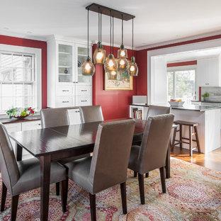 Imagen de comedor de cocina tradicional renovado con paredes rojas, suelo de madera en tonos medios y suelo marrón