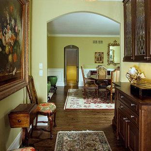 Idee per un'ampia sala da pranzo tradizionale chiusa con pareti gialle e parquet scuro