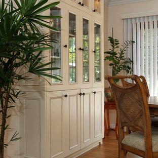 На фото: со средним бюджетом маленькие кухни-столовые в классическом стиле с бежевыми стенами, полом из бамбука и бежевым полом без камина