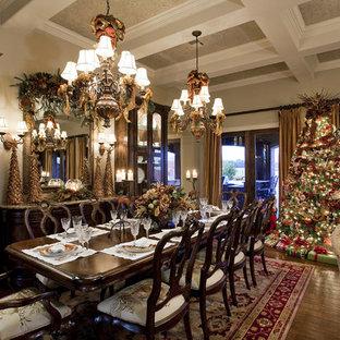 Стильный дизайн: столовая в викторианском стиле с бежевыми стенами и темным паркетным полом - последний тренд